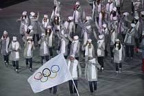Ruští sportovci nastoupili kvůli dopingovému trestu pod olympijskou vlajkou.