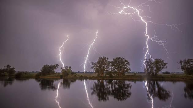 Blesky na obloze během bouřky. Ilustrační snímek