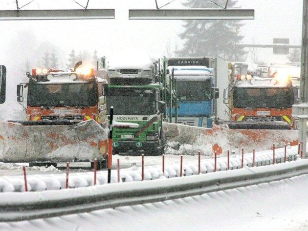 Rakousko se i 23. října potýká s dopravními problémy, které s sebou v noci na středu přinesla vichřice a prudké ochlazení. S komplikacemi se potýká železnice i silniční doprava především v Tyrolsku a Salcbursku.