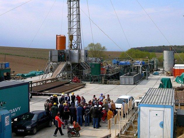 . Vrtná souprava si už několik dnů razí cestu k nalezištím surovin rychlostí sto padesáti metrů za den v katastru obce Dřínov