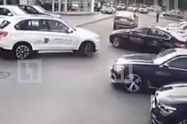 Zloději během několika vteřin ukradli čtyři vozy BMW.