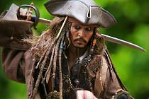 Johny Depp jako Jack Sparrow ve filmu Piráti z Karibiku. Kvůli rozvodu s Amber Heardovou přišel o roli v lukraticní sérii Fantastická zvířata