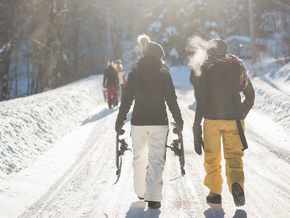 Do závějí může vyrazit celá rodina, stačí připnout sněžnice rovnou na boty.