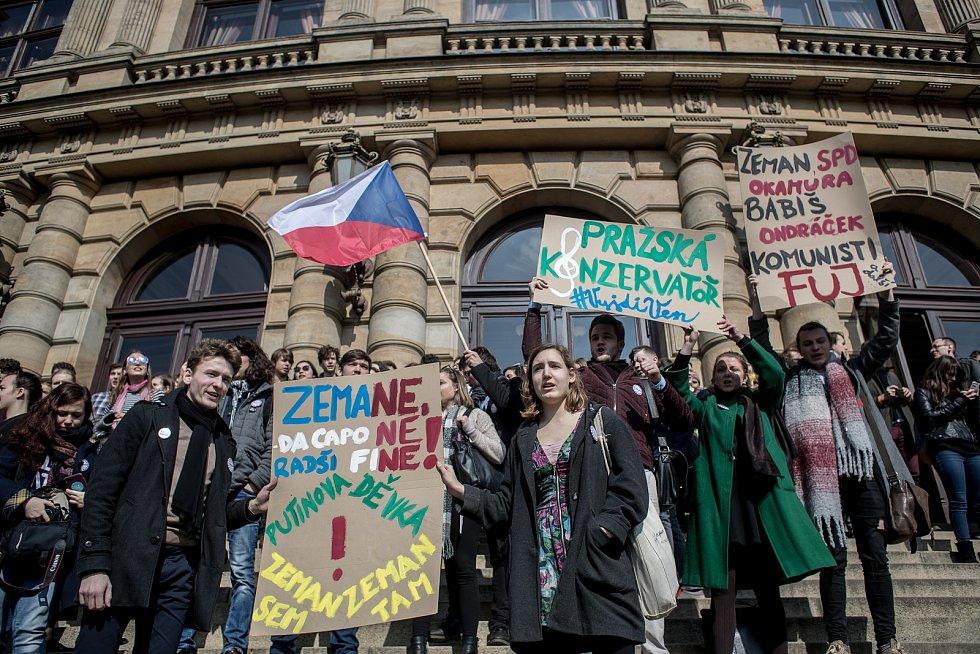 Stávka studentů Vyjdi ven: snímek je z náměstí Jana Palacha v Praze kde se sešli studenti UMPRUM, Filosofické fakulty, konzervatoře a SZŠ a VOŠ zdravotnické.