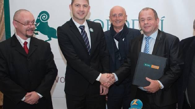 Místopředseda Strany svobodných občanů František Matějka (vlevo), předseda Strany svobodných občanů Petr Mach (druhý zleva), senátor Ivo Valenta (uprostřed), předseda Strany soukromníků České republiky Petr Bajer (vpravo).