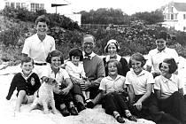 Rodina Kennedyů v roce 1931. Otec Joseph uprostřed, zcela vlevo Robert Kennedy, pozdější ministr spravedlnosti a kandidát na prezidenta, zcela vpravo John F. Kennedy, legendární americký prezident zavražděný v Dallasu