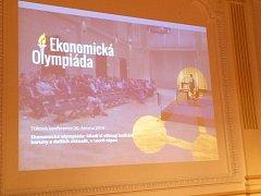 Tisková konference před finále Ekonomické olympiády v ČNB.