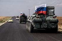 Ruská armáda projíždí blízko hrani Sýrie s Tureckem (na snímku z 27. října 2019).