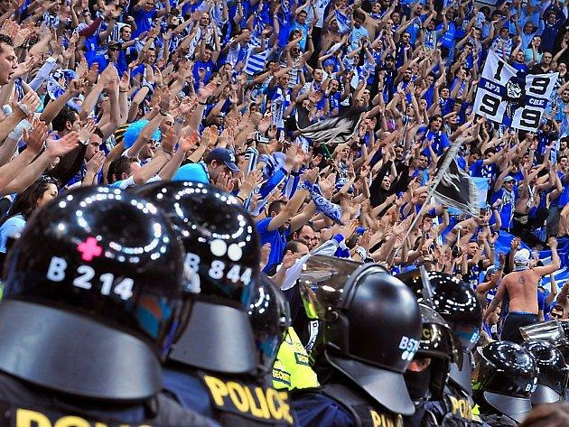 Policejní těžkooděnci hlídaní fanoušky Iraklisu Soluň při finále Final Four v Praze.