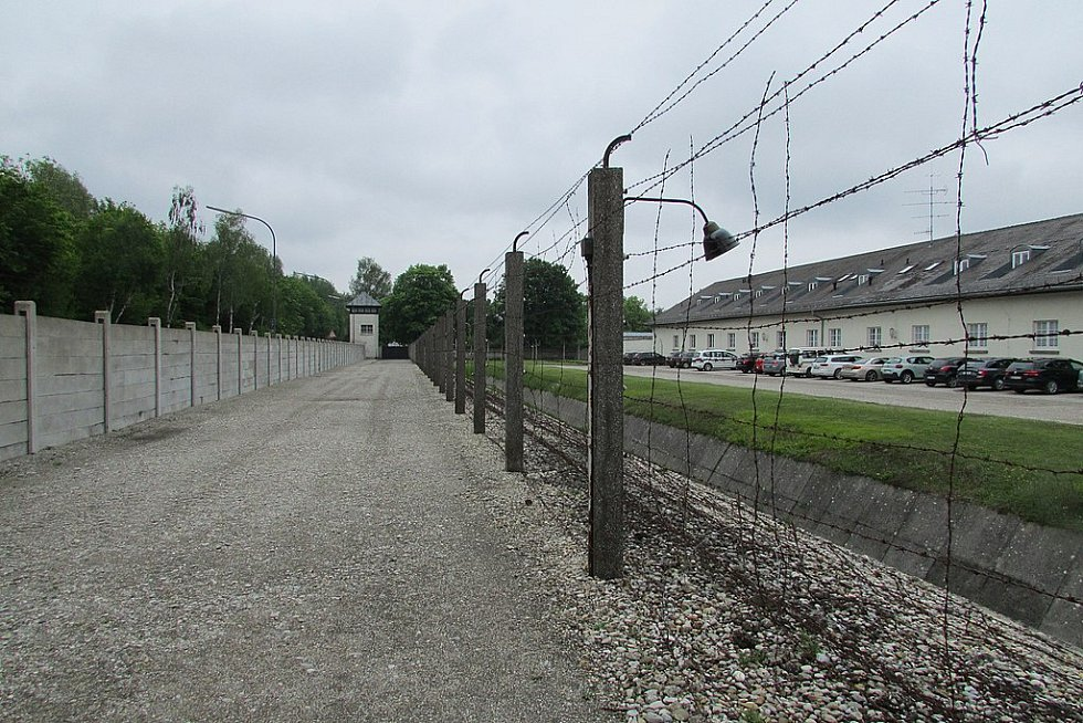Dnes je v místě tábora v Dachau památník