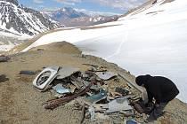 Trosky letadla, které zůstaly uchovány na místě nehody