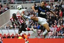Rio Ferdinand se snaží za každou cenu zastavit Benta ze Sunderlandu.