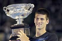 Srbský tenista Novak Djokovič s trofejí pro vítěze Australian Open.