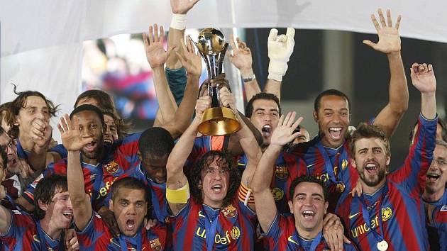 Fotbalisté Barcelony slaví trofej, kterou vyhráli poprvé v historii klubu.
