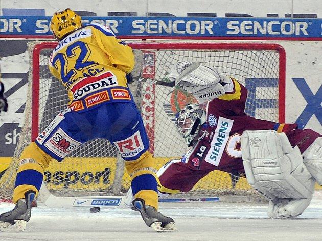 Brankář Sparty Přikryl za svá záda pustil jen dva puky z hole zlínských hokejistů.