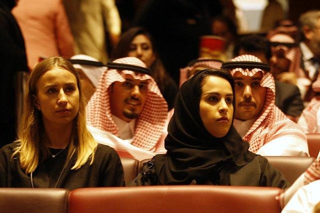 Slavnostní premiéry se zúčastnily i ženy.