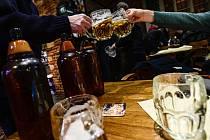 Připíjení pivem v restauraci. Ilustrační snímek