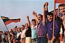 Baltský řetěz, výrazná předzvěst zhroucení železné opony. Uskutečnil se u příležitosti 50. výročí podepsání paktu Molotov-Ribbentrop, obsahujícího tajný dodatek o zařazení baltských států pod sovětský patronát. Lidé teď dali najevo nesouhlas