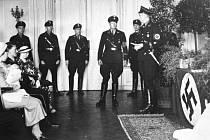 Fotografie zachycující rituál křtu dítěte příslušníky SS v rámci programu Lebensborn