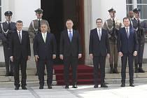 Zleva český premiér Andrej Babiš, maďarský premiér Viktor Orbán, polský prezident Andrzej Duda, polský premiér Mateusz Morawiecki a slovenský premiér Igor Matovič na summitu V4 ve Varšavě
