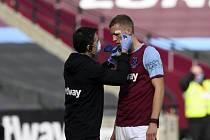 Zraněný fotbalista West Hamu Tomáš Souček se nechává ošetřit.