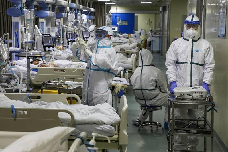Zdravotníci ošetřují pacienty s koronavirem v nemocnici v čínském městě Wu-chan