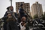 Bojovníci Tálibánu doprovázejí pochod žen podporujících vládu Tálibánu