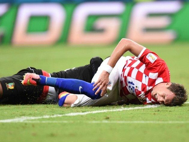 Mario Mandžukič z Chorvatska (vpravo) po střetu s hráčem Kamerunu.