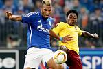 Tiemoko Konaté ze Sparty (vpravo) proti Schalke.