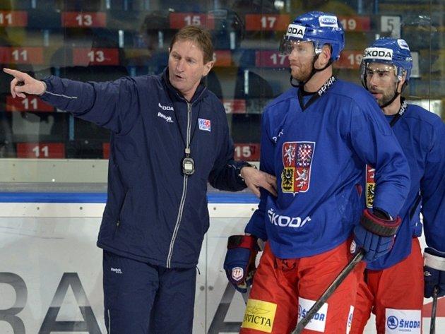 Kouč Alois Hadamczik (vlevo) a Jiří Novotný (uprostřed) se Zbyňkem Irglem na tréninku české reprezentace.