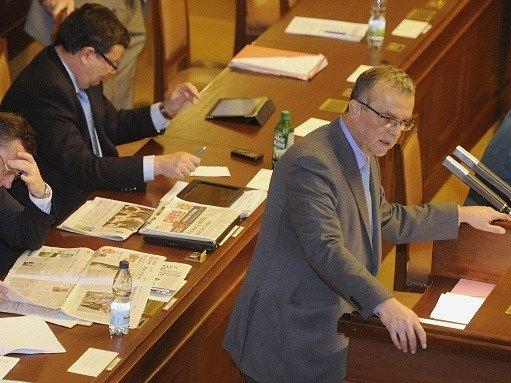 Mimořádná schůze Poslanecké sněmovny, která má na programu první čtení návrhu státního rozpočtu na příští rok, začala 28. listopadu.