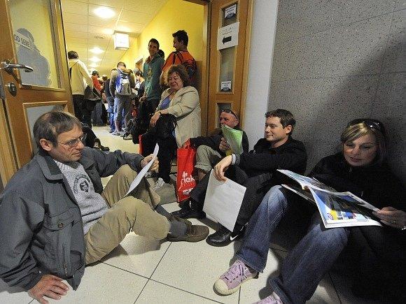 Několik stovek lidí přišlo 16. června na Krajský úřad Moravskoslezského kraje v Ostravě podat žádost o dotaci na ekologický kotel. Někteří z nich čekali před úřadem i celou noc, aby měli jistotu, že se na ně dostane, protože uspokojených zájemců může být
