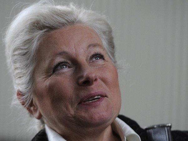 Zuzana Roithová přišla 29.října do sídla ministerstva vnitra vPraze oficiálně podat prezidentskou kandidaturu podpořenou petičními archy svíce než 80tisíci podpisů.
