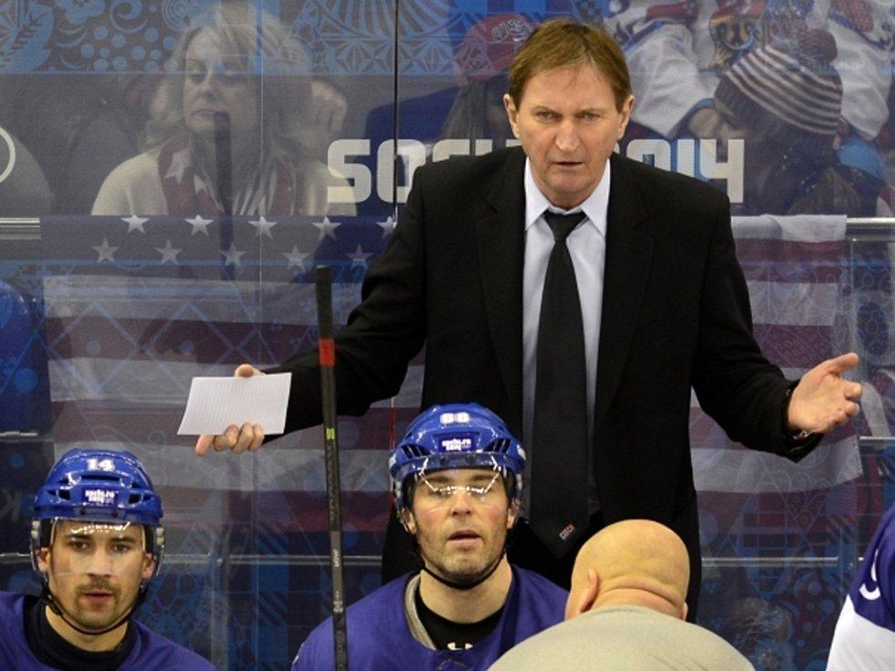 Trenér Alois Hadamczik uděluje pokyny svým svěřencům ve čtvrtfinále proti USA.