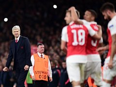 Radost hráčů Arsenalu. Vlevo trenér Wenger.