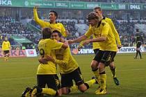 Fotbalisté Dortmundu se radují z gólu v zápase s Wolfsburgem.