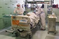 Lékařka a zdravotní sestra připravují 22. října 2020 pacienta na intubaci na infekčním oddělení Nemocnice Jihlava, kde se zdravotníci starají o pacienty s nemocí covid-19.