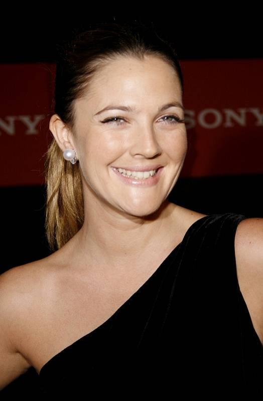 Drew Barrymore si vybudovala úspěšnou filmovou a televizní kariéru, má dvě milující dcery a k tomu moderuje vlastní talk show.