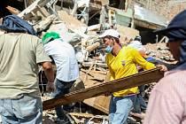 Počet obětí sobotního zemětřesení v Ekvádoru vzrostl již na 525, zraněných je na 4600 a asi stovka osob se stále pohřešuje.