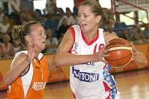 Eva Vítečková (vpravo) patří mezi opory české reprezentace a Gambrinusu Brno.