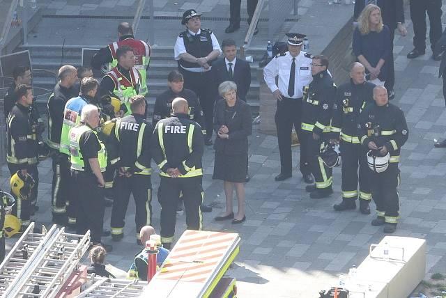 Místo požáru navštívila i premiérka Theresa Mayová.