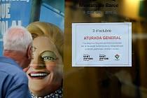 Cedule informující o stávce na obchodě Sant Antoni v Katalánsku