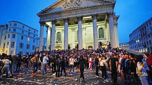 Finále mistrovství Evropy ve fotbale: Londýn zachvátila anglická horečka, jenže na spoustě míst došlo k nepokojům