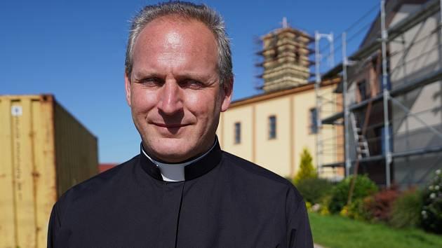 Katolický kněz Marián Kalina působí v obcích Moravská Nová Ves, Hrušky a Týnec na Břeclavsku.