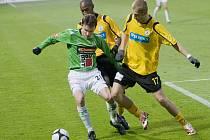 Jablonecký útočník David Lafata (v zeleném) se snaží uniknout fotbalistům Bohemians Praha Dmitriji Lencevičovi (vpravo ) a Jimmymu Modesteovi.