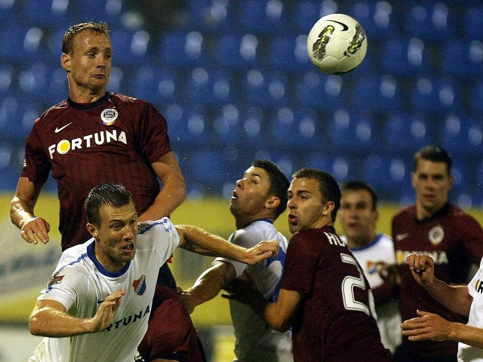 Obránce Sparty Jiří Jarošík (vlevo) hlavičkuje v duelu s Ostravou.
