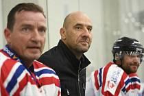 Fotbaloví internacionálové, kteří se zúčastní hokejové akce pod širým nebem ve Špindlerově Mlýně Winter Hockey Games, trénovali v Říčanech u Prahy.
