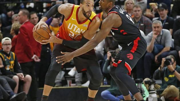 Basketbalista Utahu Jazz Rudy Gobert (vlevo) a hráč Toronta Raptors Serge Ibaka v utkání NBA.