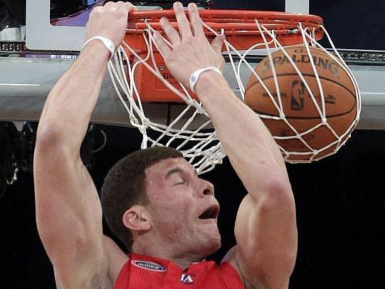 Blake Griffin nadchl smečem přes automobil basketbalový svět.