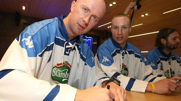 Posila hokejistů Brna Libor Pivko (vlevo).